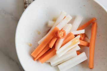 This is a very popular carrot and Daikon pickles (sometimes using cabbage) in Chinese restaurants, widely served in different cuisines. Unlike traditional Sichuan style pickled vegetables which is mainly fermented by certain benign microbes in the right condition, this is pickled by adding vinegar to create an acid environment directly...