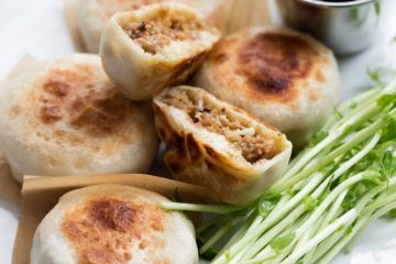 Pan-fried curry beef dumplings are quite comforting and delicious. It is crispy outside with well flavored and juicy filling. As a curry fans, I always want to cooperate this wonderful seasoning in more dishes in additional curry beef. Curry goes well with vegetables and mushrooms, beef and chicken the best…