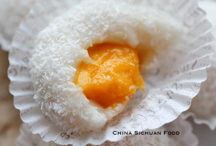 Sticky Rice Cake with Coconut–Nuomici