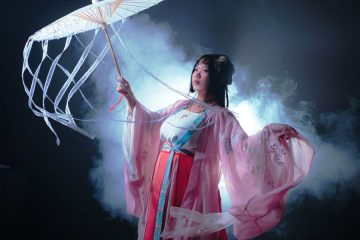 The nameHanfu literally means the clothing of the Han people. Han Chinese people, or simply Han people (漢族,hàn zú), is the majority ethnic group in China and Taiwan, consisting of 92% of the total Chinese population and 97% of the Taiwanese population. In total, 19% of the world's population is Han people.
