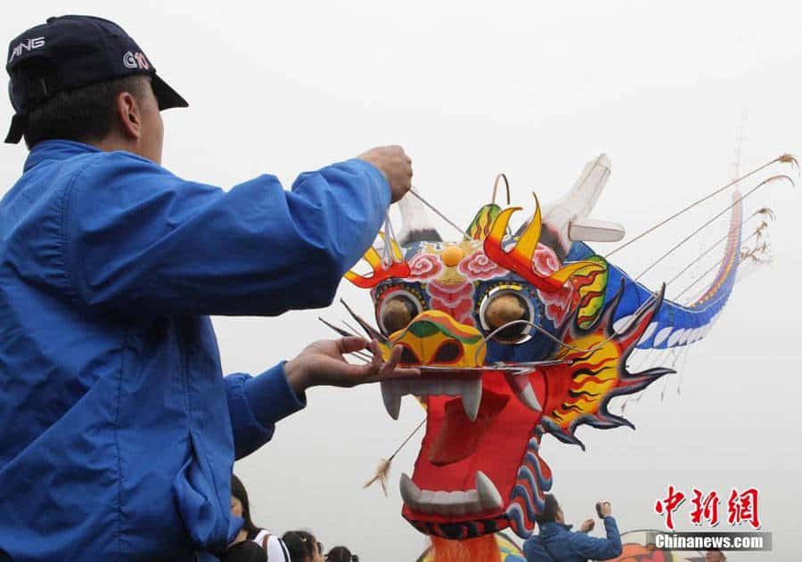 A kite flyer flies releases the world's longest kite during the 2015 Wulong International Kite Flying Festival. [Photo/Chinanews.com]
